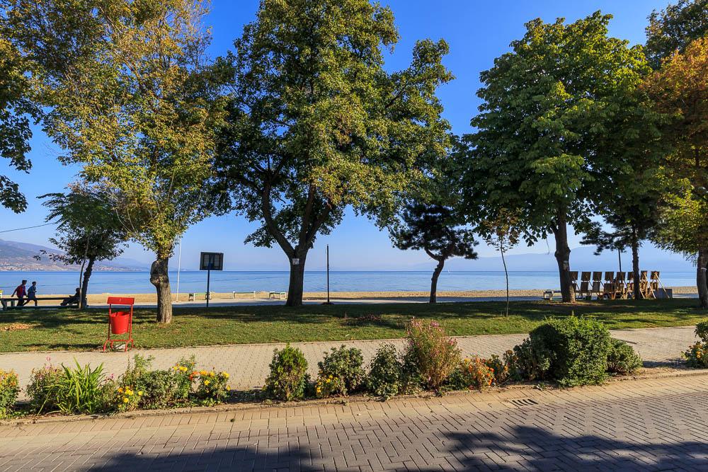 Blick auf den Ohrid See von der Uferpromenade Pogradecs.