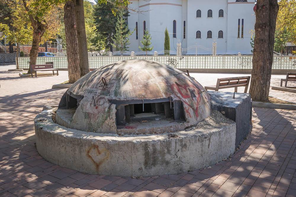 Für Albanien typischer Bunker am Rand des Rinias-Parks in der Stadt Korca.