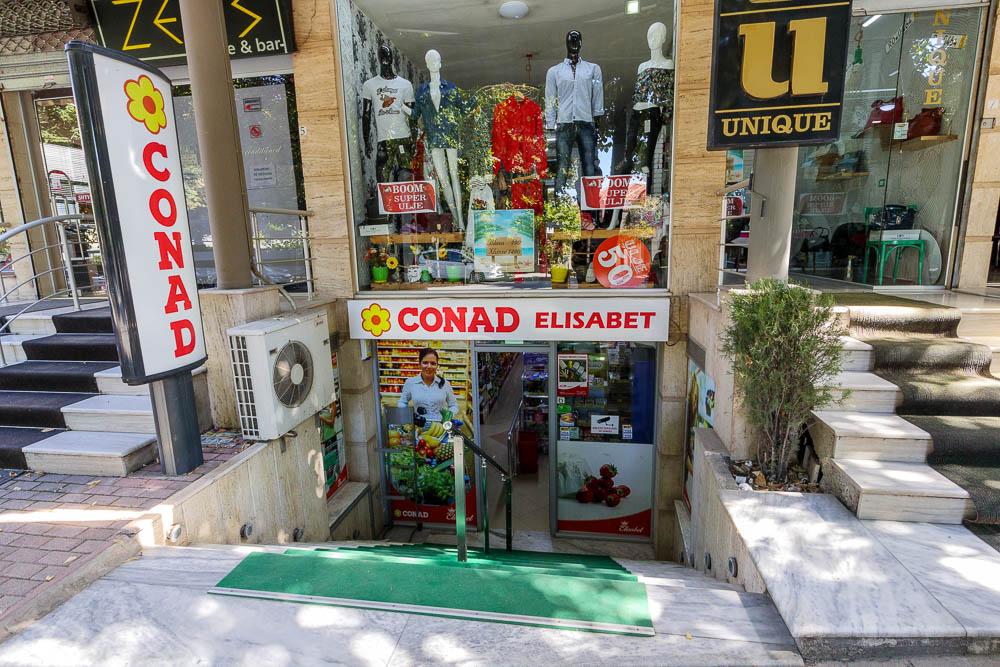 Conad Elisabet am Boulevard Republica in der albanischen Stadt Korca.