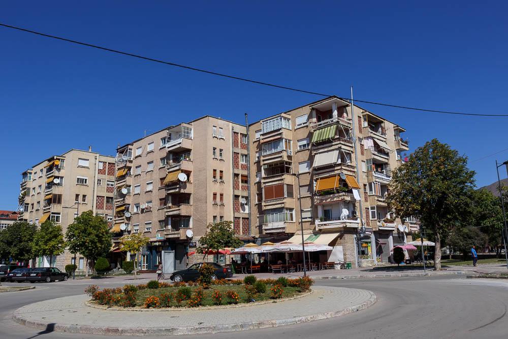 Alte Plattenbauten in der albanischen Stadt Korca, nahe des Basars.