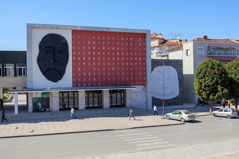 Kunst mit zwei Gesichtern gegenüber des Red Towers in der albanischen Stadt Korca