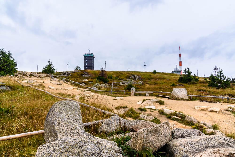 Sicht auf das Gipfelplateau des Brockens.