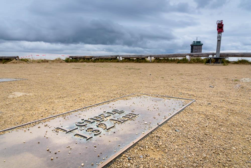 132 Kilometer bis Leipzig zeigt die Tafel auf dem Gipfel des Brockens.