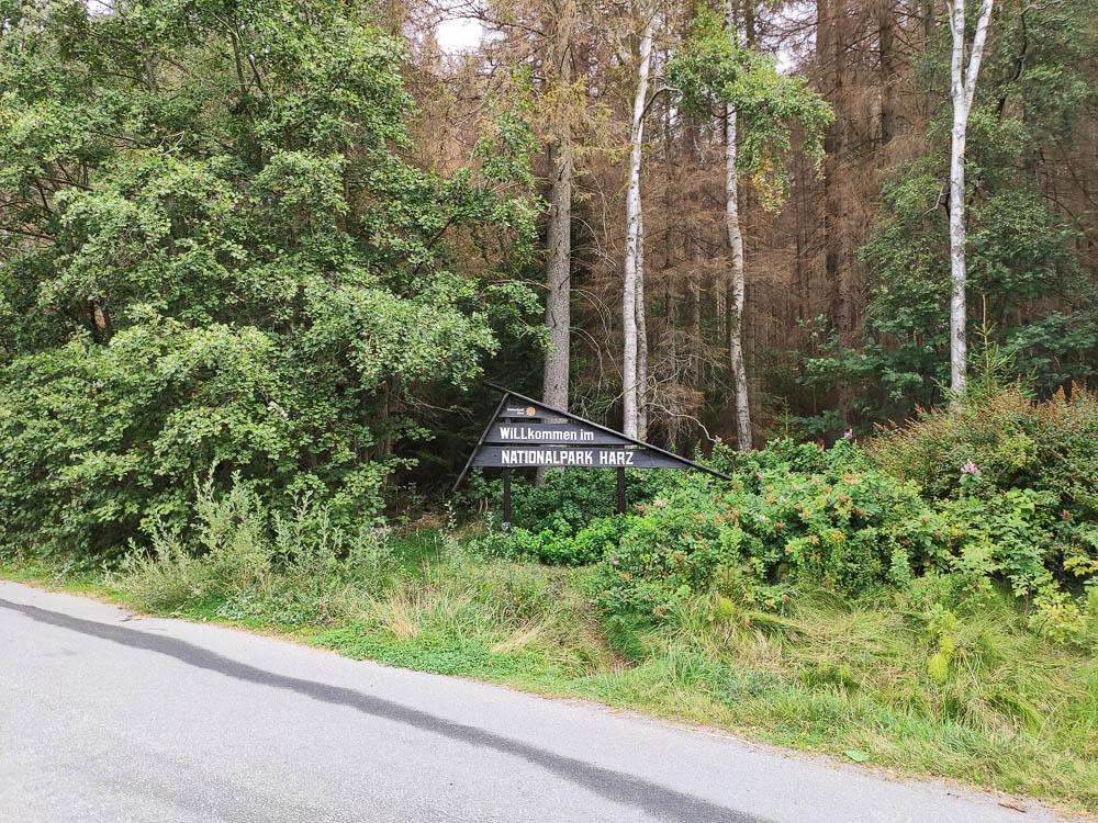 """Ein Schild begrüßt die Gäste mit """"Willkommen im Nationalpark Harz"""""""