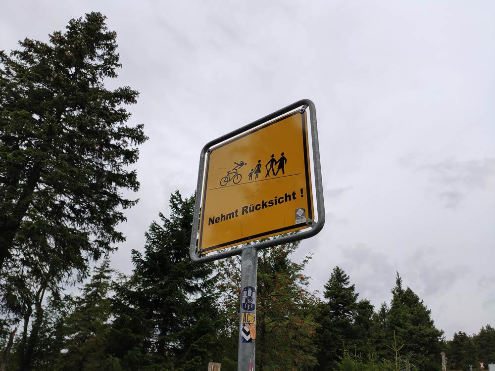 Straßenschild für mehr Rücksicht auf der Brockenstraße.