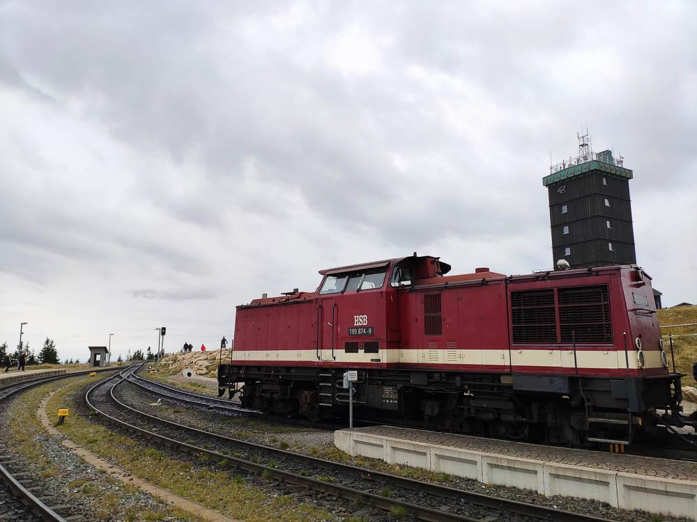 Die Diesellok der Harzer Schmalspurbahn auf dem höchsten Bahnhof Deutschlands.