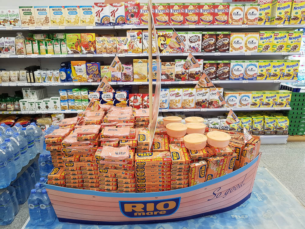 Rio mare Thunfischboot eines albanischen Supermarktes in Elbasan.