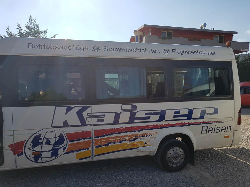 Bus der Firma Kaiser Reisen in Prenjas, Albanien.