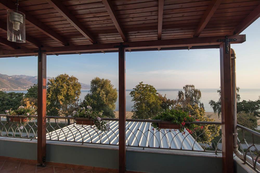 Von der überdachten Terrasse unseres Apartments hat man einen herrlichen Blick auf den Ohridsee und die davor liegende Uferpromenade, sowie den Sandstrand.