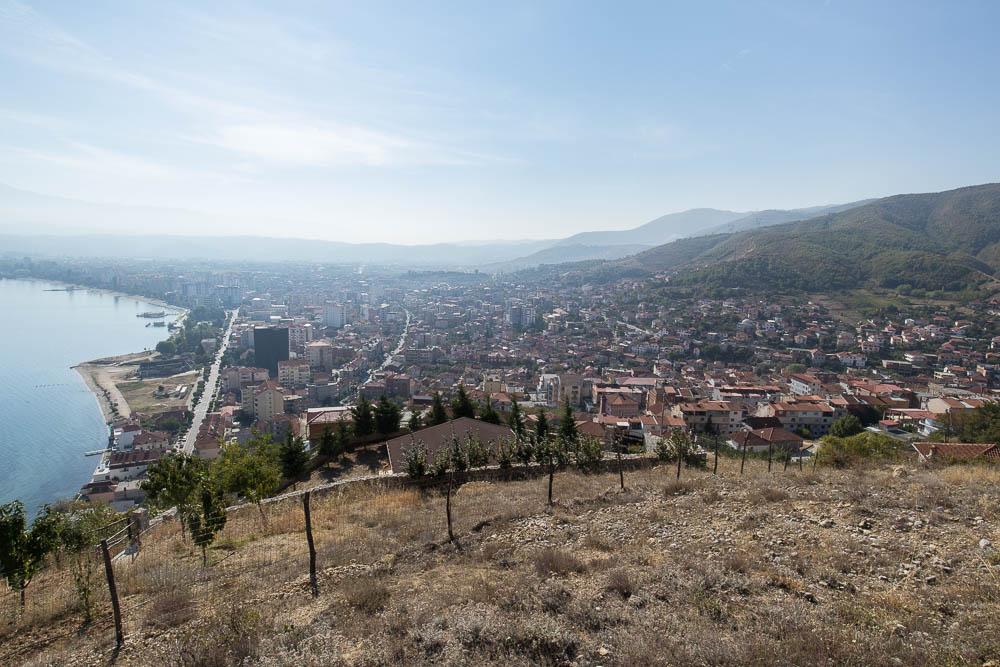 Stadt Pogradec am Ohridsee von der ehemaligen Burg Kalaja aus gesehen.