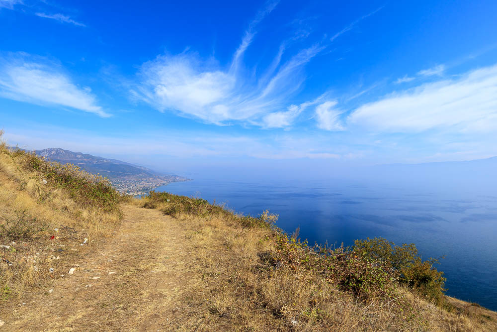 Weg zur Burgruiene Kalaja hoch über der Stadt Pogradec am Ohridsee in Albanien.