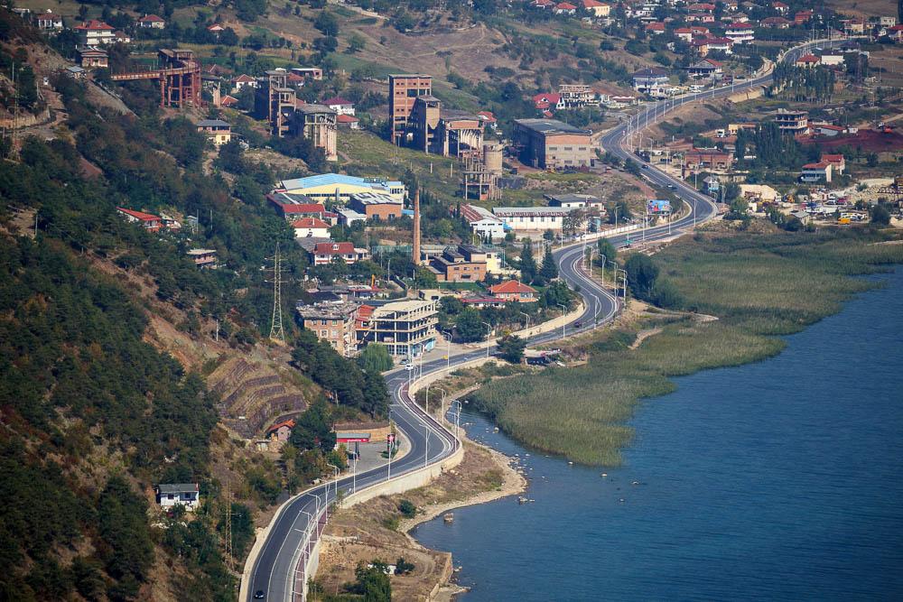 Blick von der Kalaja auf die neue Landstraße entlang des Ohridsees auf albanischer Seite.