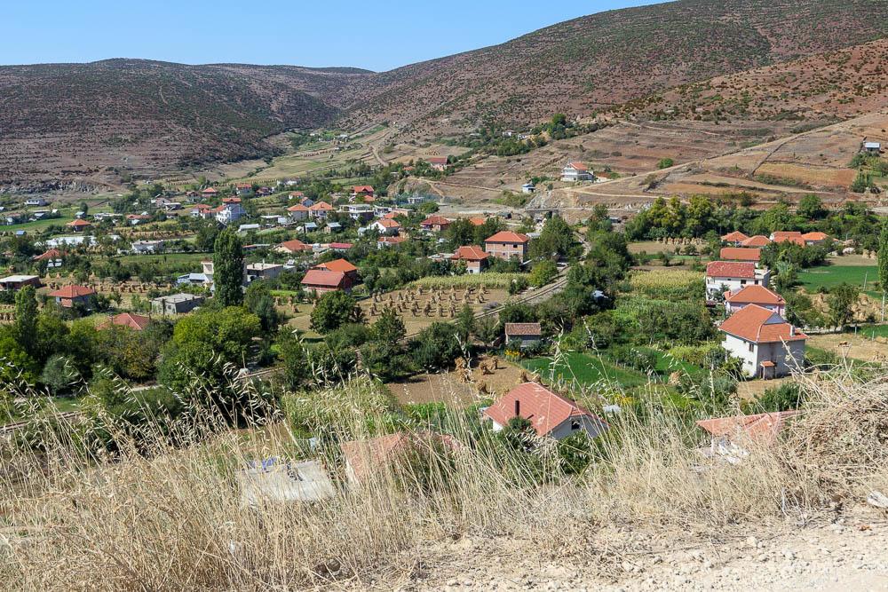 Blick auf ein kleines albanisches Dorf nahe des Parku Kombetar Shebenik Jablanica