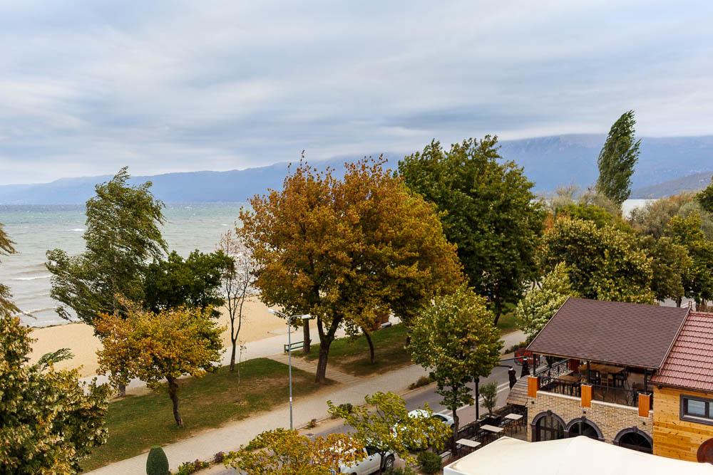 Wolken und Sturm am Ohridsee in der albanischen Stadt Pogradec