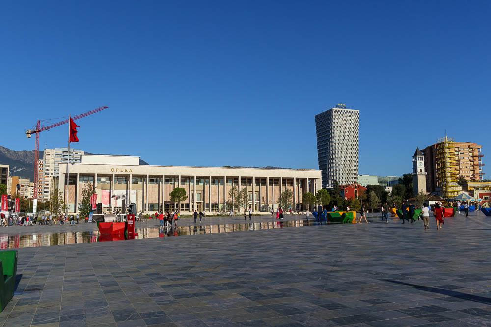 Tiranas Oper vom Skanderbegplatz aus gesehen.