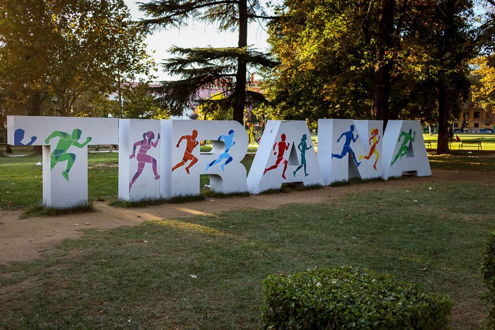 Tirana Schriftzug im Stadtzentrum