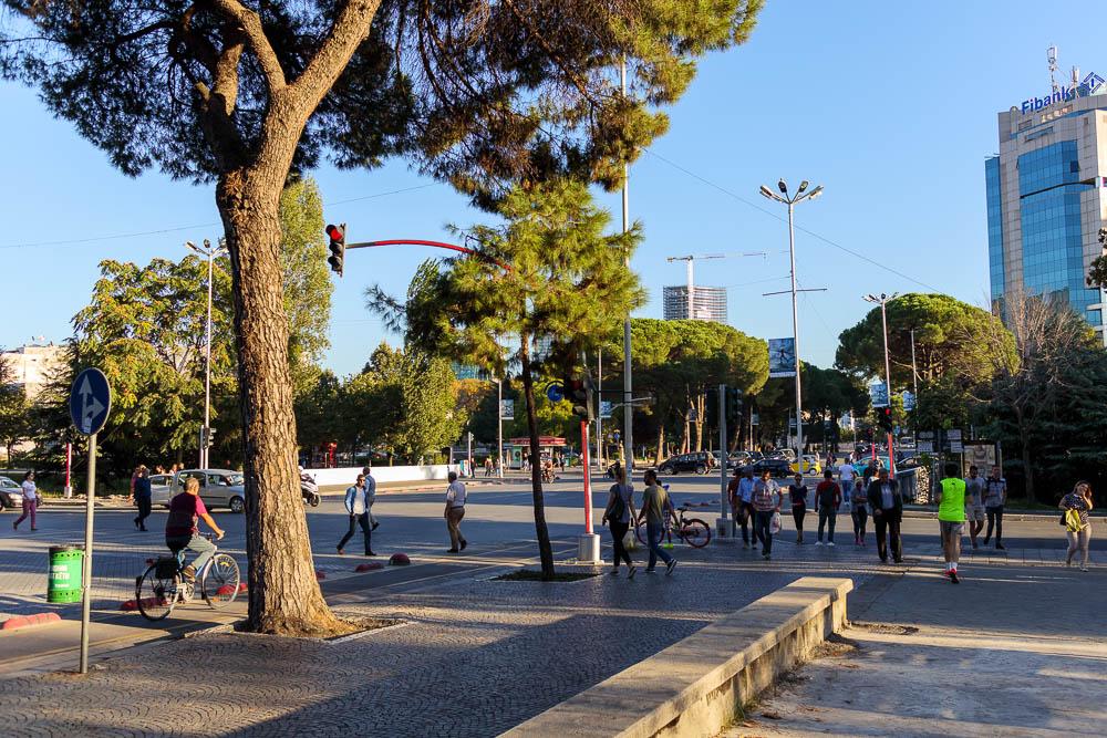 Städtisches Leben im Zentrum Tiranas