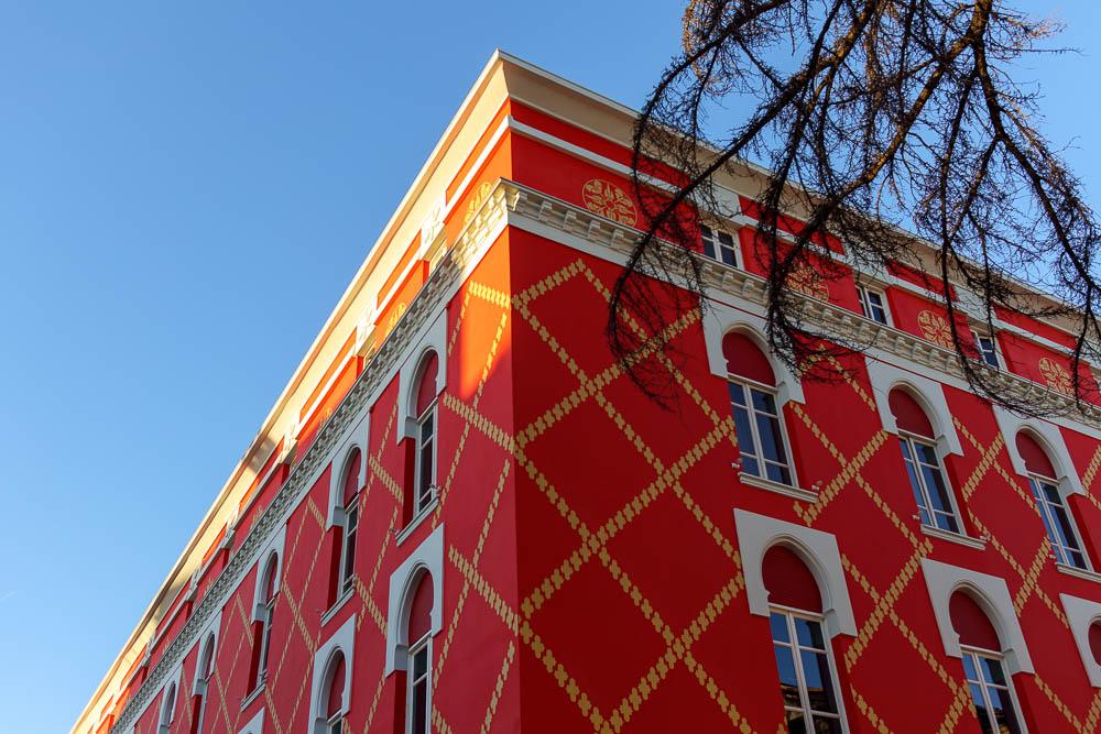 Rotes Haus in der Innenstadt Tiranas