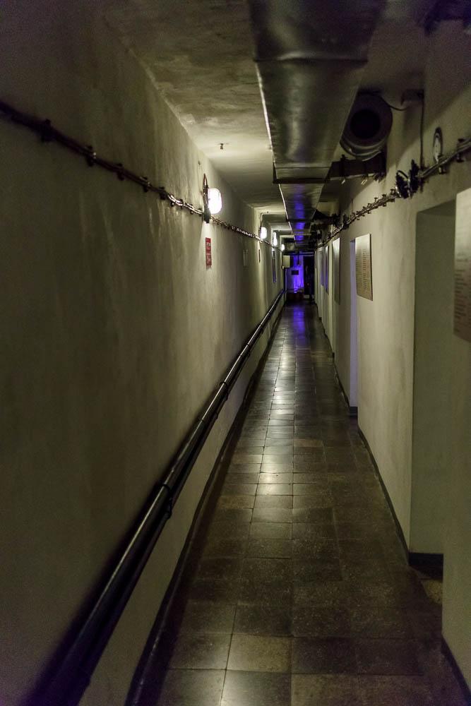 Flur des Bunkers der Ausstellung Bunk Art 2 in Tirana