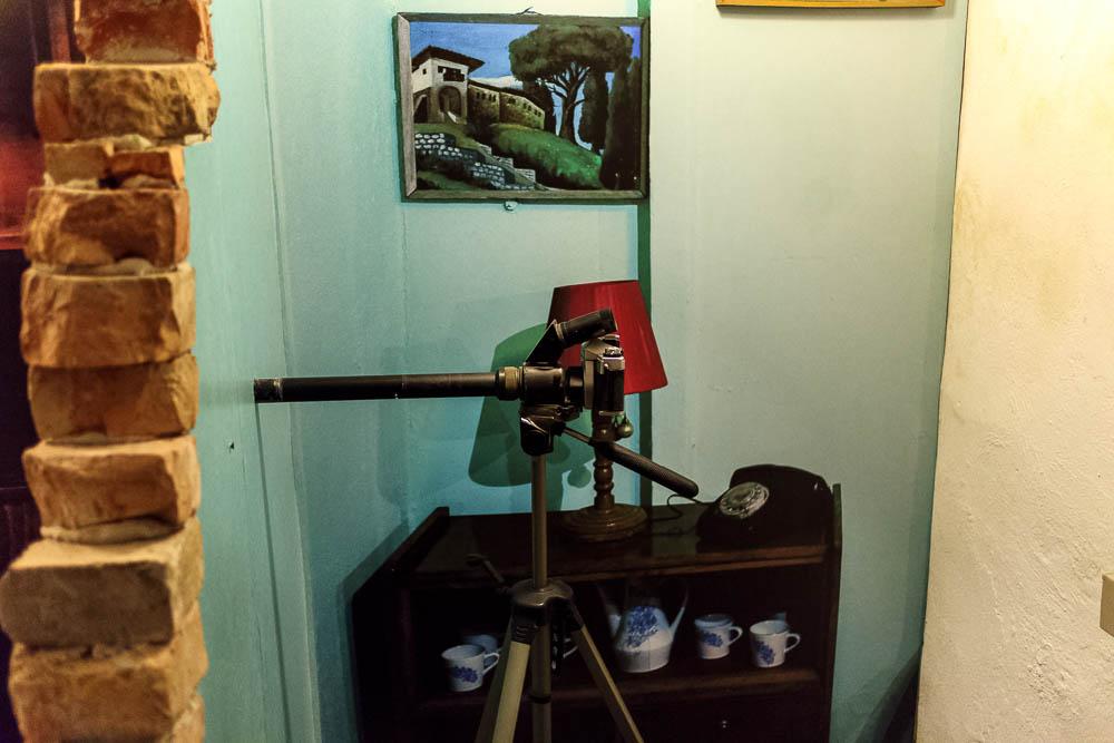 Überwachungskamera in der Ausstellung Bunk Art 2