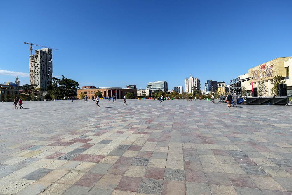 Der zentrale Skanderbegplatz in Albaniens Hauptstadt Tirana an einem sonnigen Herbsttag.