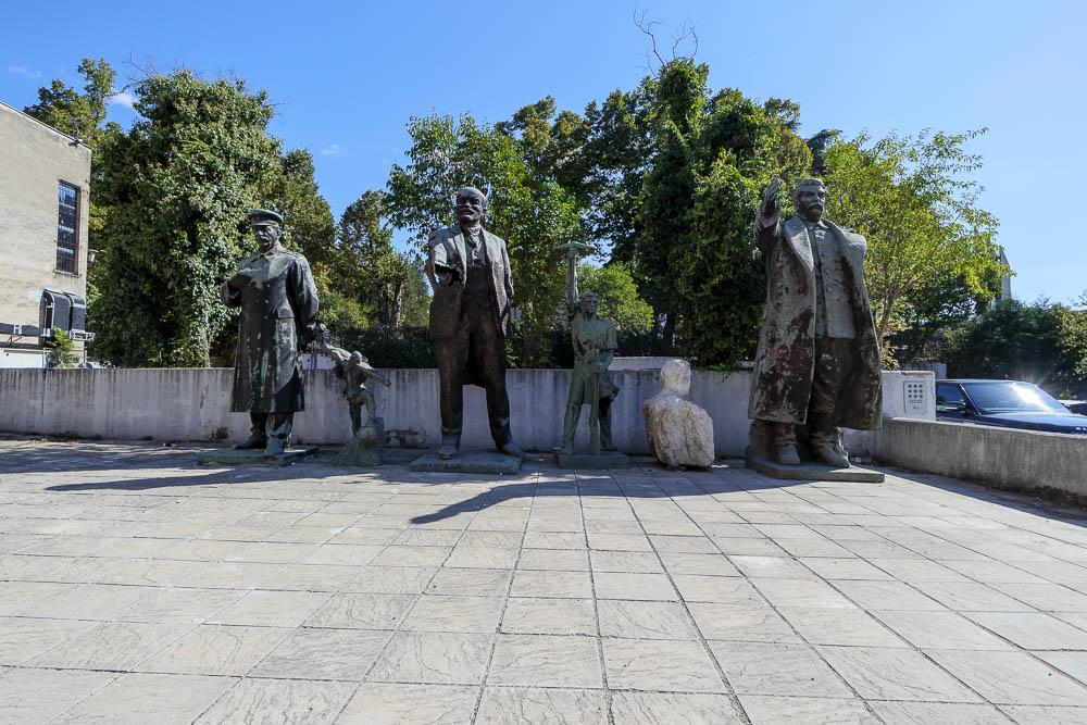 Die Statuen Stalins, Lenins und Hoxhas in einem Hinterhof Tiranas.