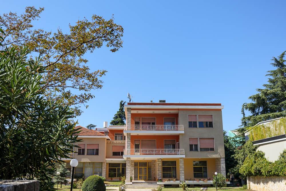 Die Villa Enver Hoxhas, dem ehemaligen Diktator Albaniens in Tirana.