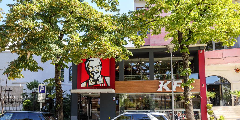 Fast Food von KFC direkt gegenüber der ehemaligen Villa Enver Hoxhas