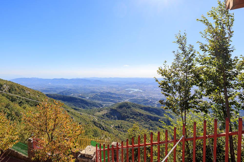 Blick vom Berg Dajti auf die Hauptstadt Albaniens, Tirana.