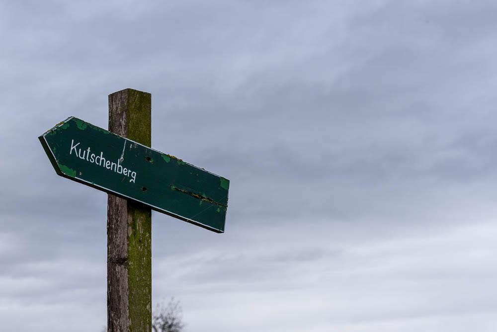 Hölzerner Wegweiser zum Kutschenberg