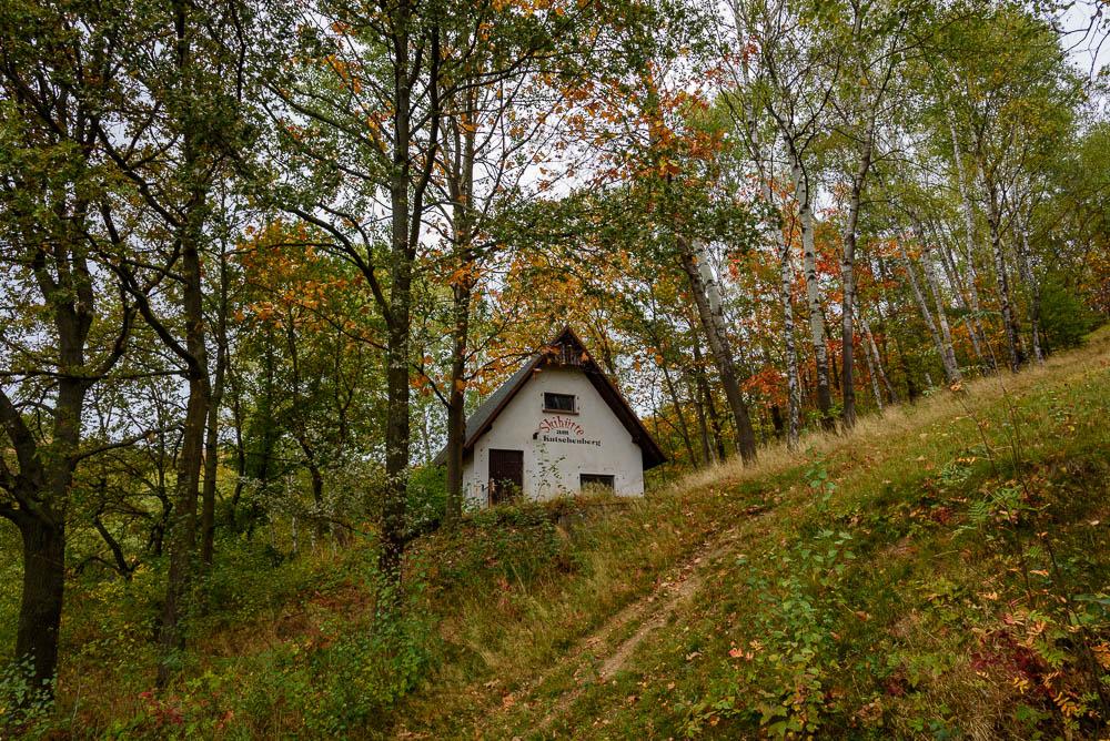 Ehemalige Skihütte am Kutschenberg. Die verlassene Hütte liegt im Wald und wird nicht mehr genutzt.