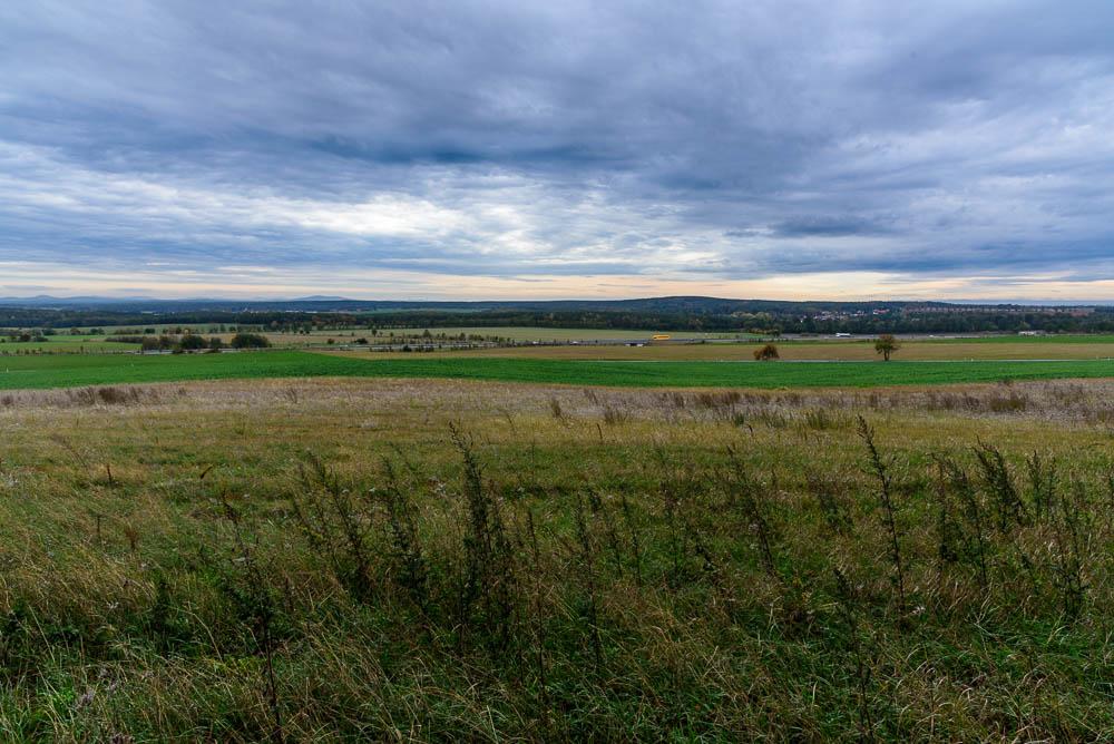 Blick auf die Autobahn A13 vom Kutschenberg aus bei bewölktem Himmel.