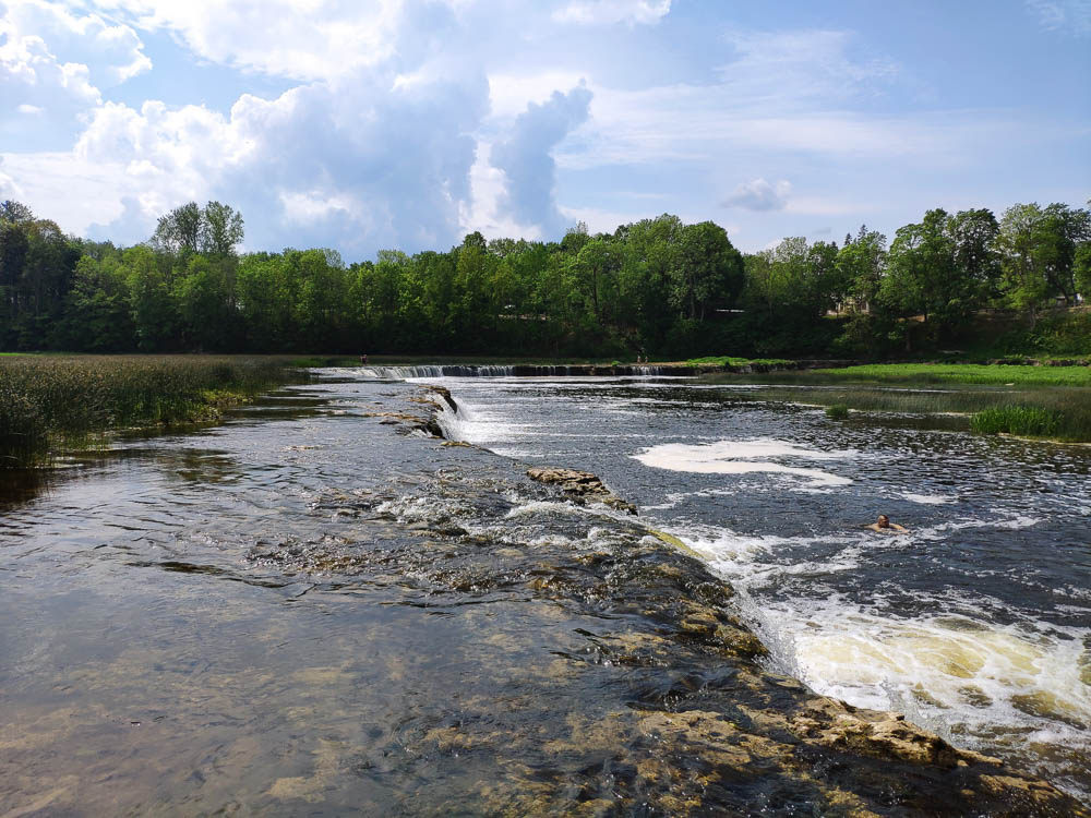 Mitten im breitesten Wasserfall Europas in Kuldiga