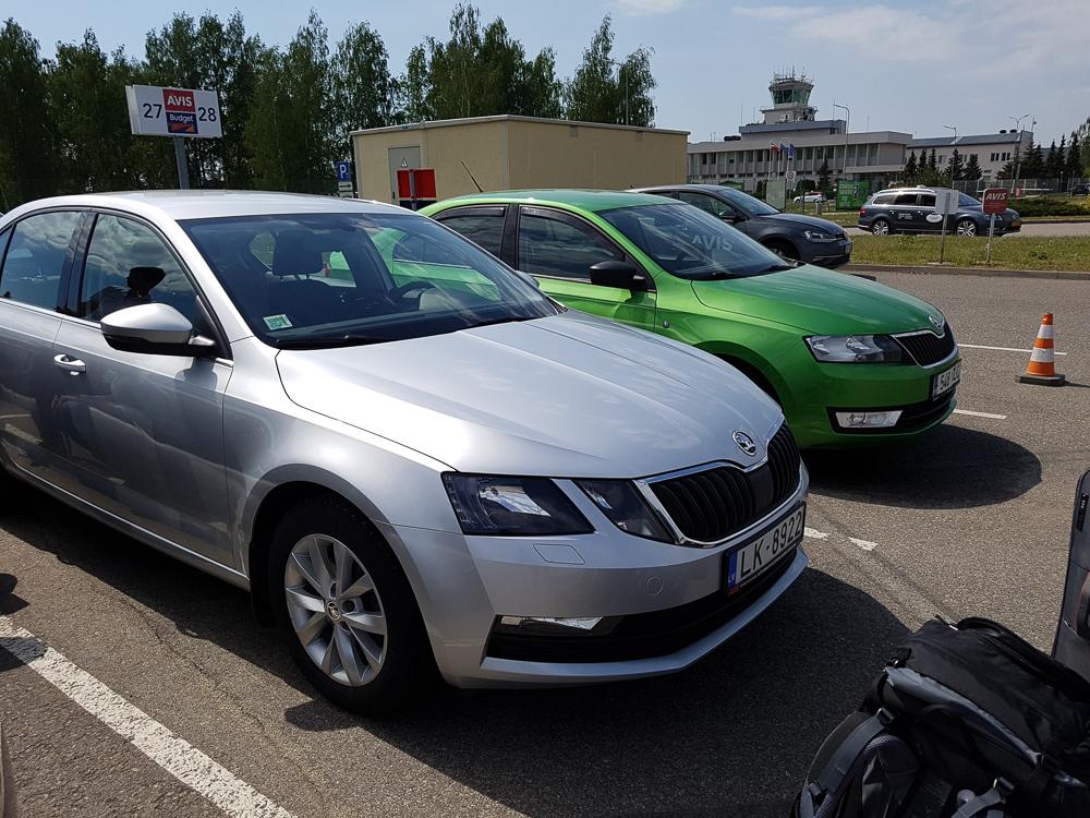 Silberner Skoda Octavia von AVIS am Flughafen in Riga für den Baltikum Roadtrip