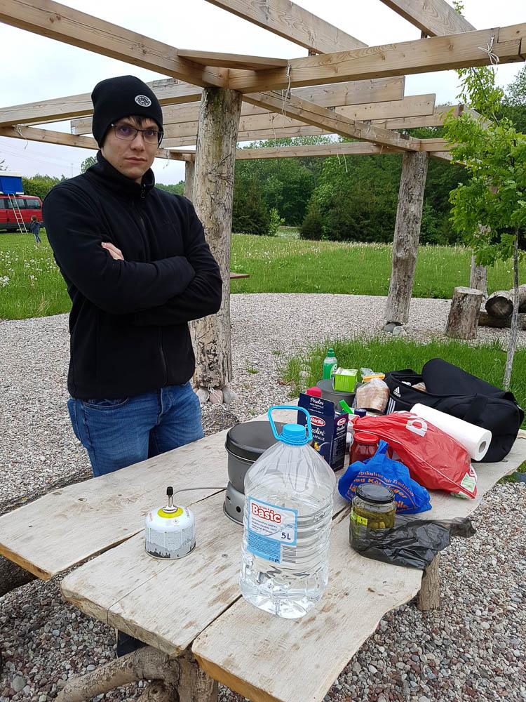 Christian beim Kochen mit dem Trangia auf dem Campingplatz Karkelbeck in Litauen