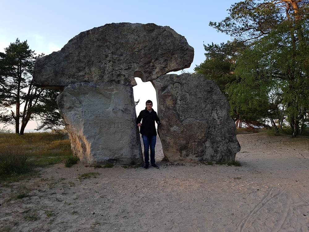 Christian zwischen zwei Steinen am Kap Kolka