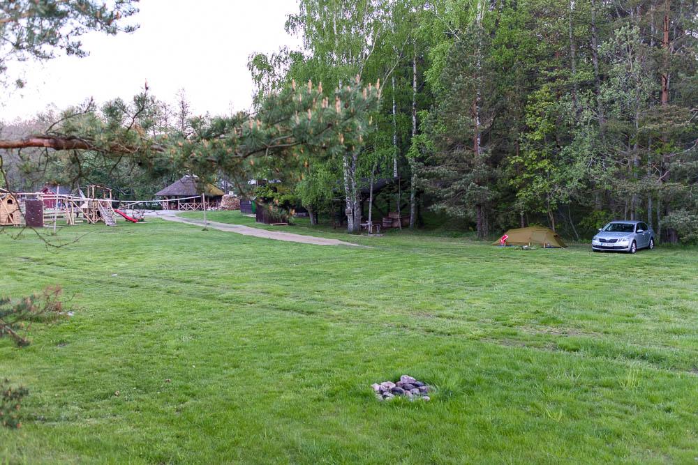 Blick auf den Campingplatz Kempings Melnsils
