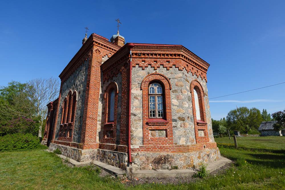 Die historische Kirche des Dorfes Kolka
