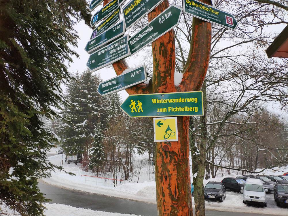 Wegweiser zum Fichtelberg im Winter