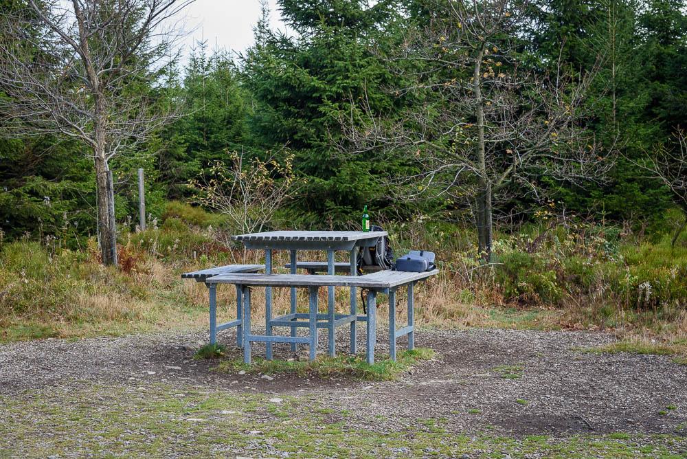 Tisch und Bänke am Gipfel des Langenbergs