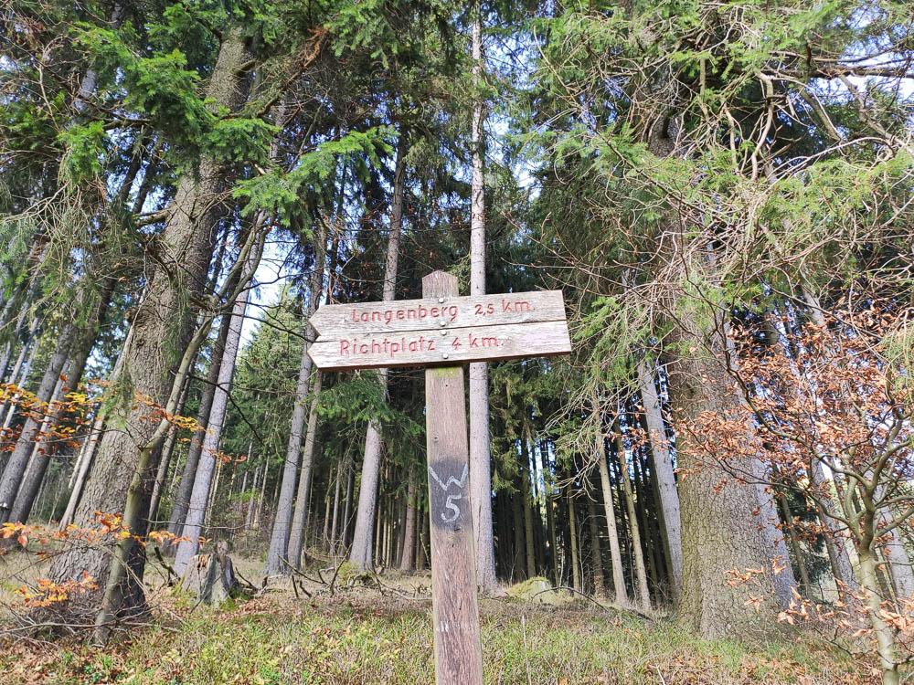 Wegweiser zum Langenberg nahe Willingen (Upland)