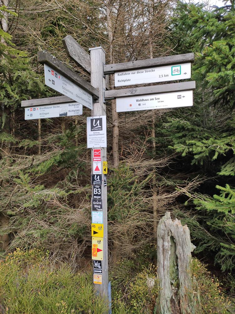 Wanderwegweiser am Gipfel des Langenbergs