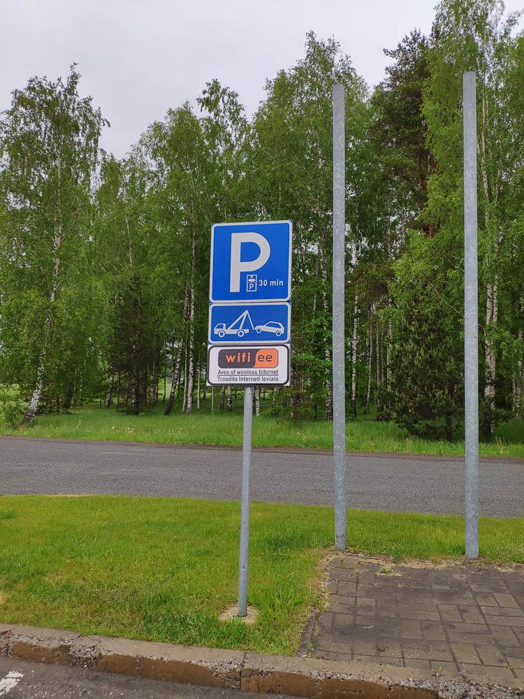 Parkplatzschild an einem Rastplatz in Estland