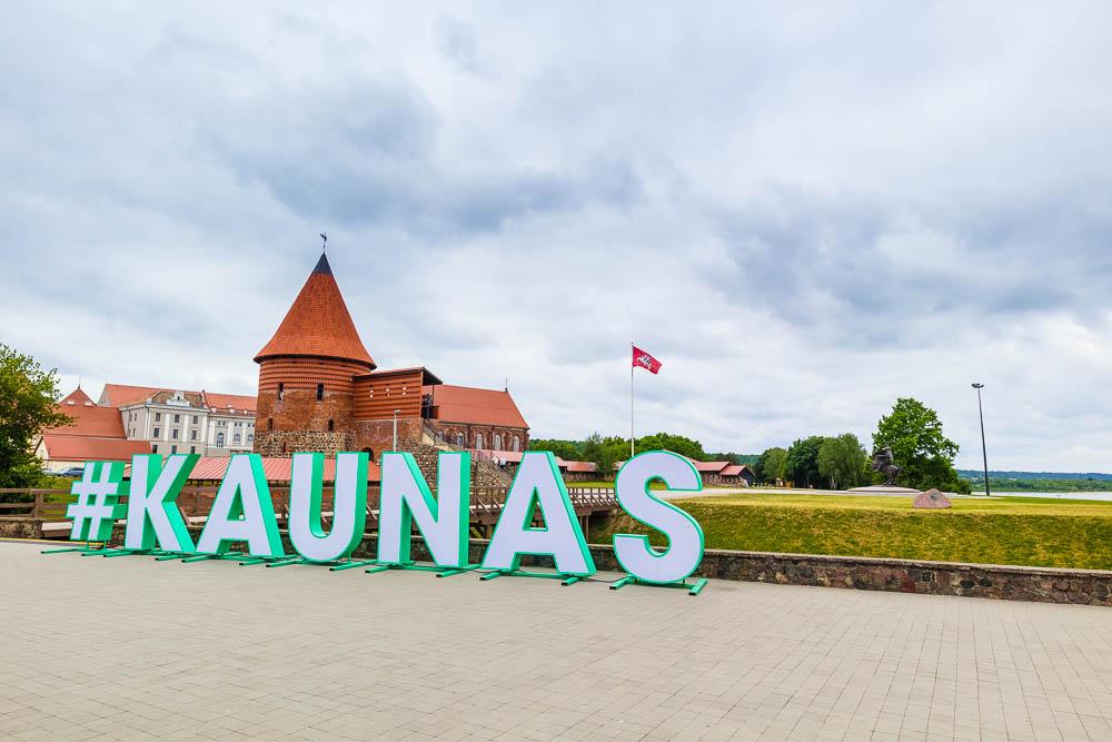 Kaunas Schriftzug vor der Burg der Stadt