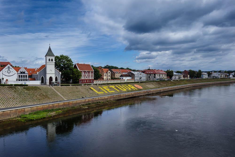 Blick von der Vytautas-Magnus-Brücke auf das Ufer der Memel und die Universität