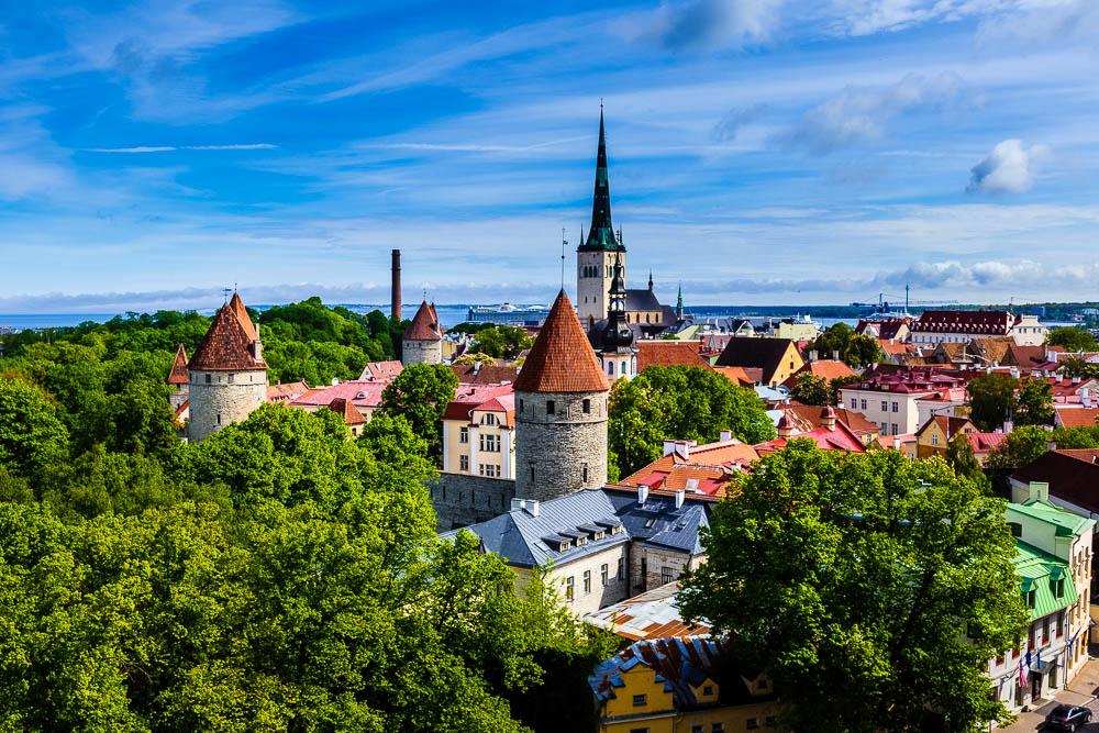 Blick auf die Altstadt Tallinns mit ihren vielen Wehrtürmen.