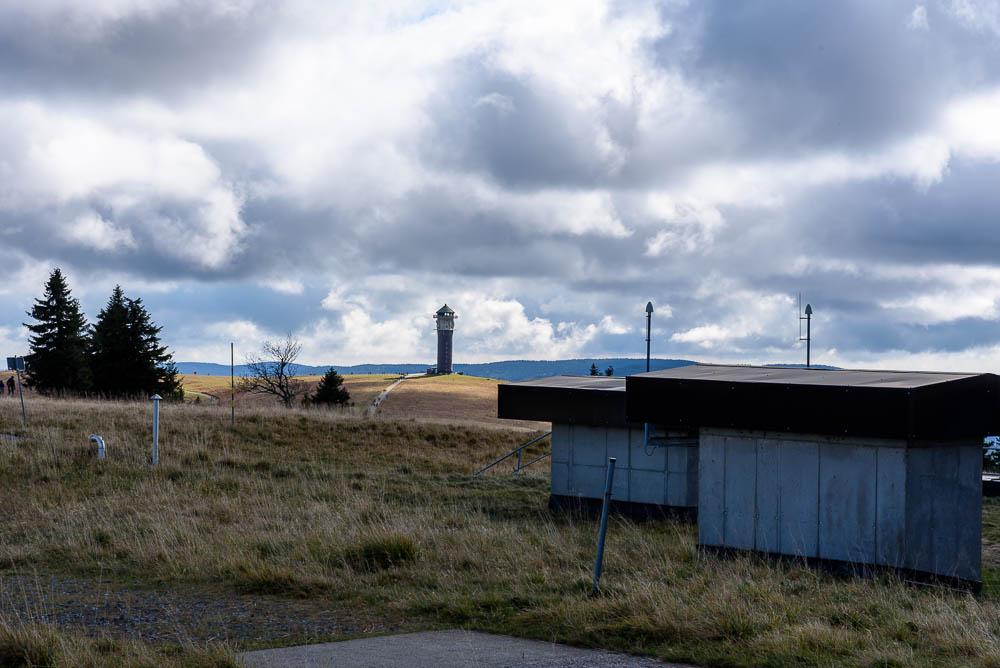 Blick vom Feldberg zum Seebuck mit dem Aussichtsturm