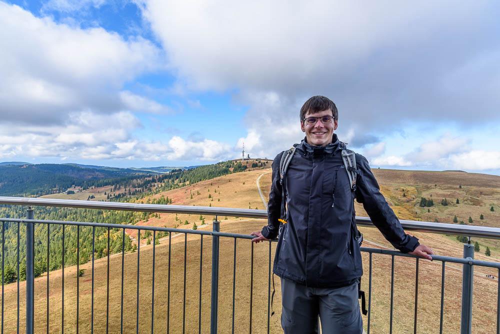 Christian auf dem Feldbergturm mit dem Feldberg im Hintergrund