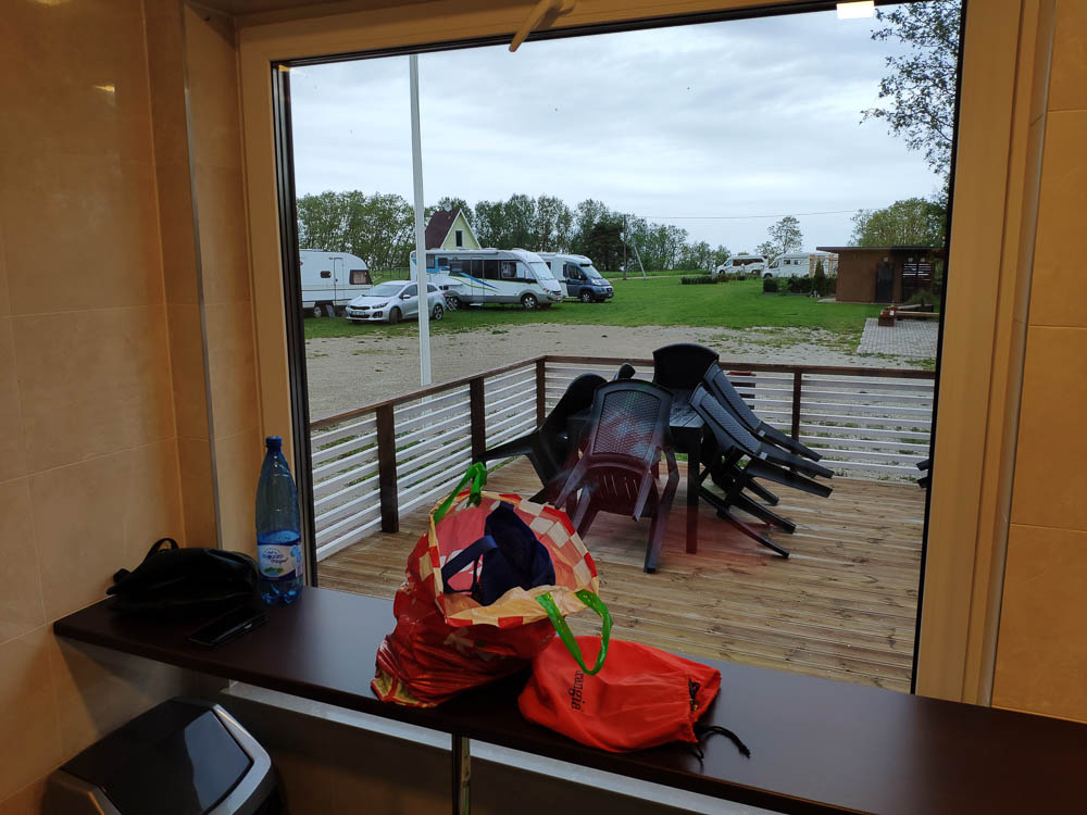 Blick aus der Campingküche auf Camping Mereoja