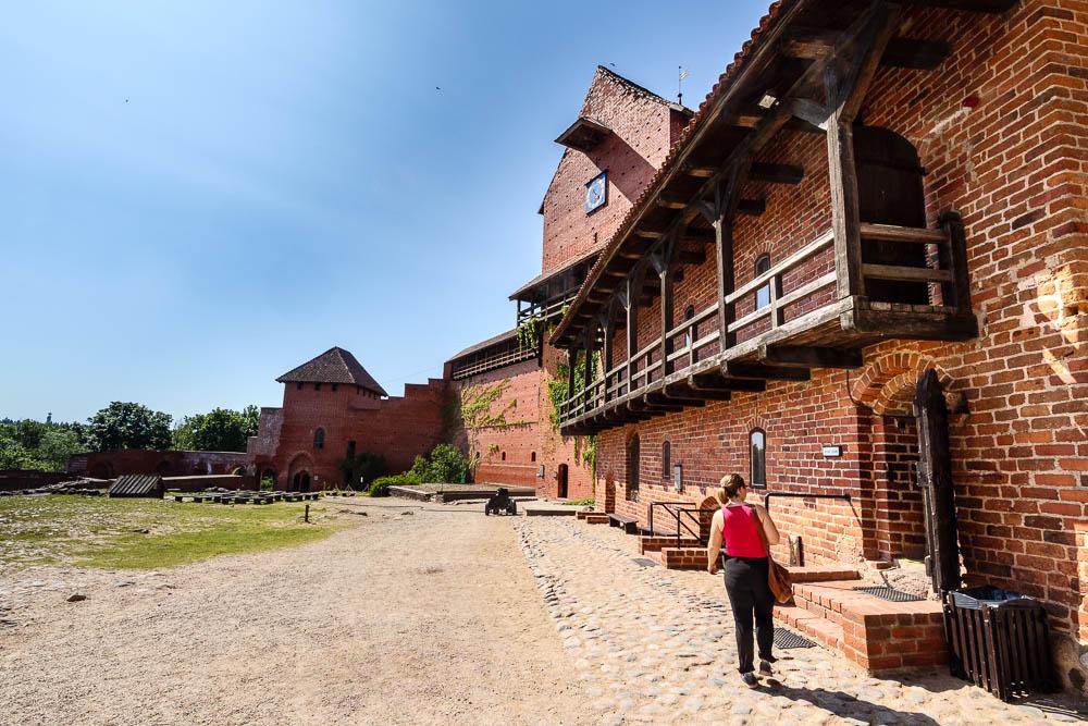 Im Burghof der Burg Turaida